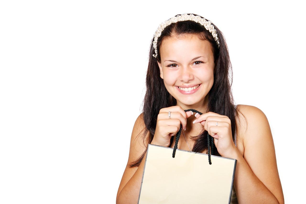 Glückliches Mädchen mit Einkaufstüte