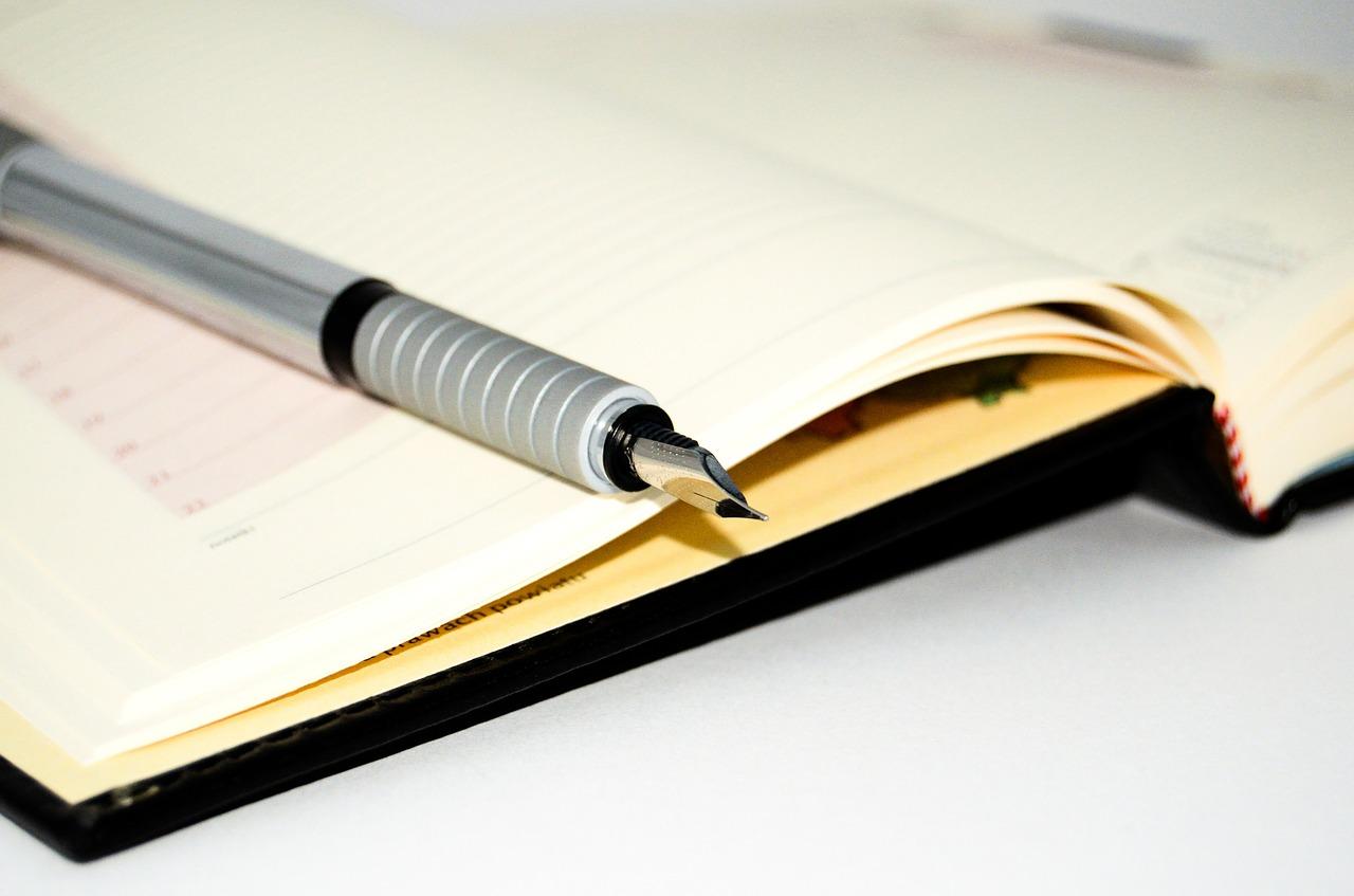 Klassischer Kalender mit Kugelschreiber